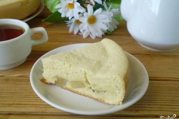 Пирог из бисквитного теста со сладкой грушевой начинкой в мультиварке