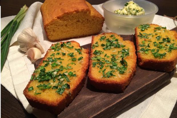 Кукурузный хлеб с зеленью и чесноком