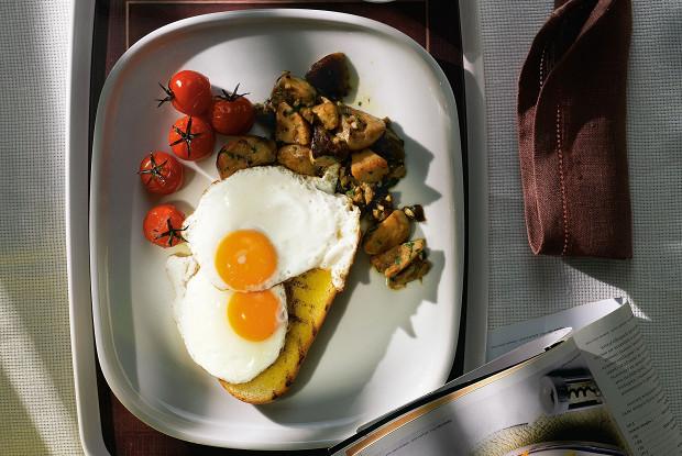 Глазунья с белыми грибами и печеными помидорами