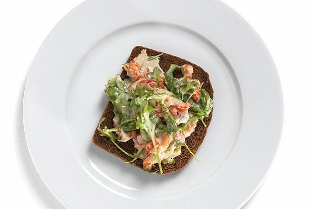 Тосты из ржаного хлеба с раковым салатом