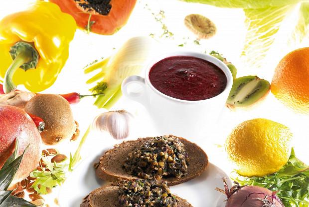 Смузи из замороженной черники и голубики, апельсинов и фиников