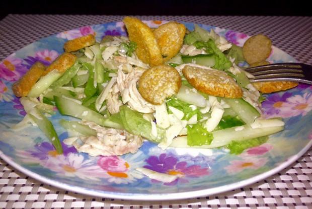 Хрустящий салат с курицей, красным луком и сухариками