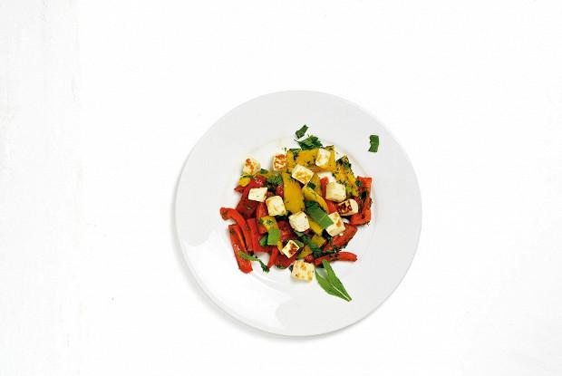 Салат из перцев и жареного халуми