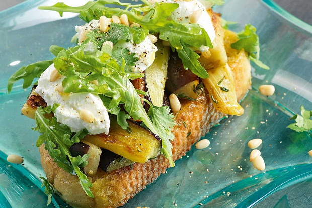 Салат надеревенском хлебе сбаклажанами икозьим сыром