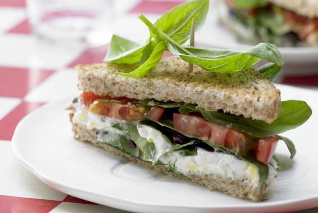 Сэндвич с помидорами и пряным яичным кремом