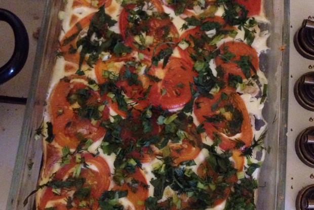 Куриное филе, запечённое в яично-сметанном соусе, с зеленью и помидорами