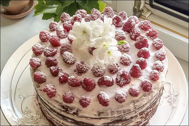 Шоколадный торт с малиной и сливочным кремом
