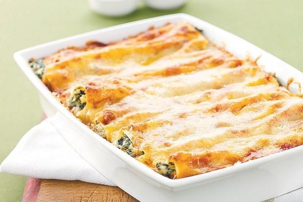 Паста каннеллони с овощами с сыром и соусом бешамель