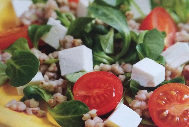 Салат с каперсами и розмарином в греческом стиле