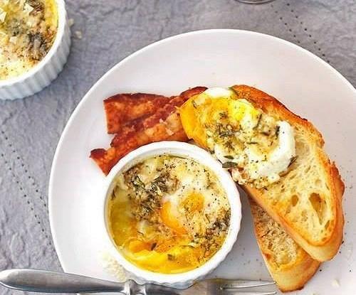 Яйца, запеченные с сыром и травами