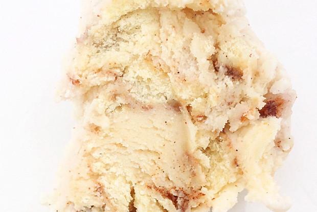 Мороженое с кусочками булочки синнабон и коричным соусом