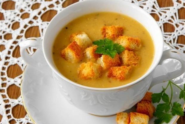 Чечевичный суп с чесночными сухариками