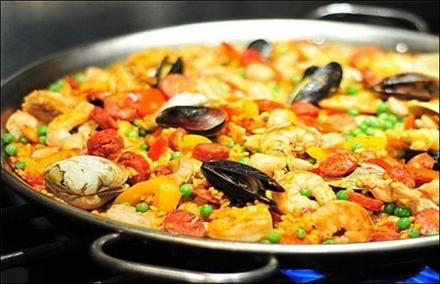 Паэлья с курицей, варено-копченой говядиной и морепродуктами