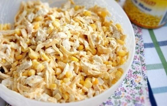 Салат из курицы с яичными блинчиками