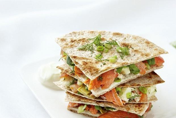 Хрустящий салат с лососем в тортилье