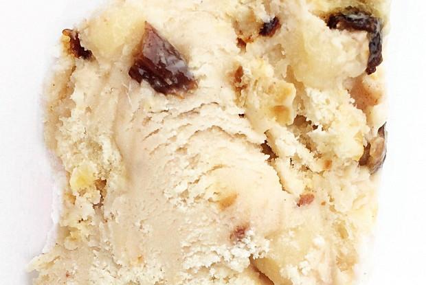 Пряное сливочное мороженое с кусочками марципана и штоллена