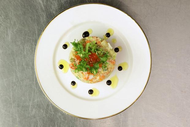 Оливье с копченой рыбой и камчатским крабом