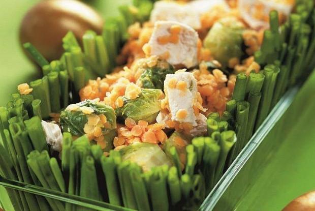 Теплый салат с чечевицей, брюссельской капустой и куриной грудкой