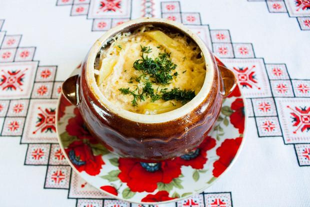 Жаркое в сметанном соусе в горшочках