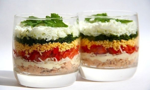 Легкий слоеный салат с курицей и помидорами