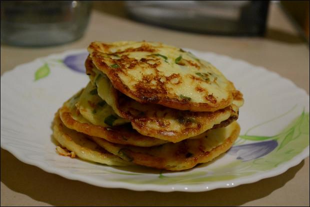 Сметанные лепешки с сыром и зеленью