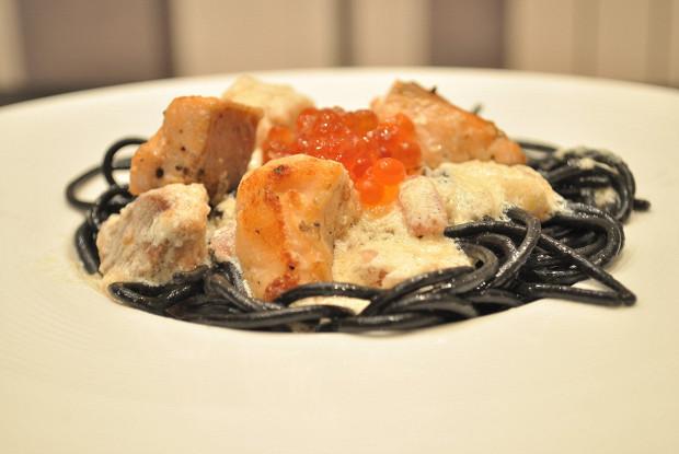 Черная паста в сливочном соусе с лососем и красной икрой