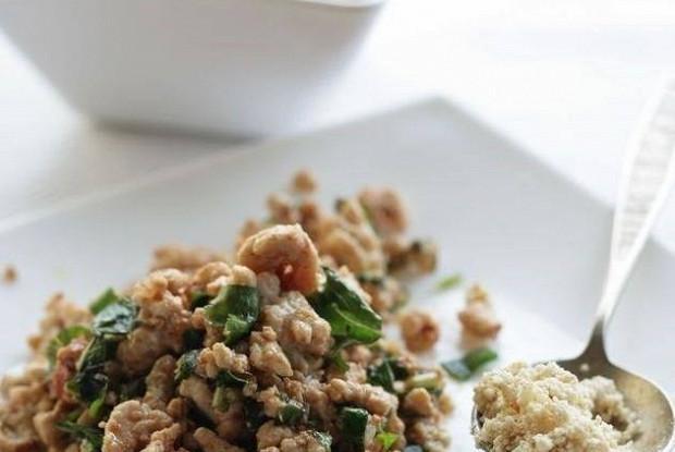 Салат с травами, рубленой курицей и пряной заправкой
