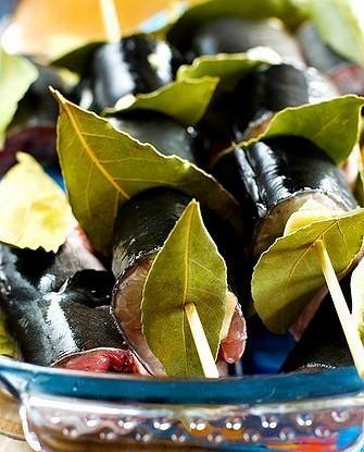 Треска на шпажках с овощным салатом