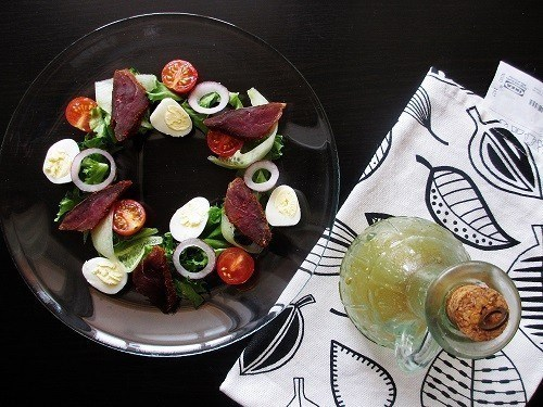 Салат с вяленой уткой, овощами и медово-горчичной заправкой