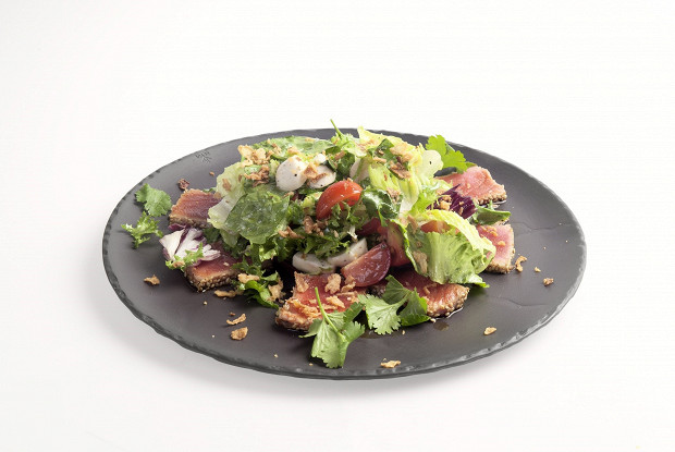Салат с тунцом и молодым сыром
