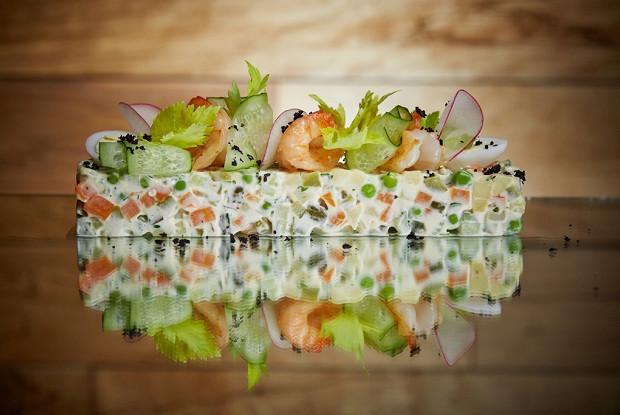 Салат оливье с креветками и зеленым тобико