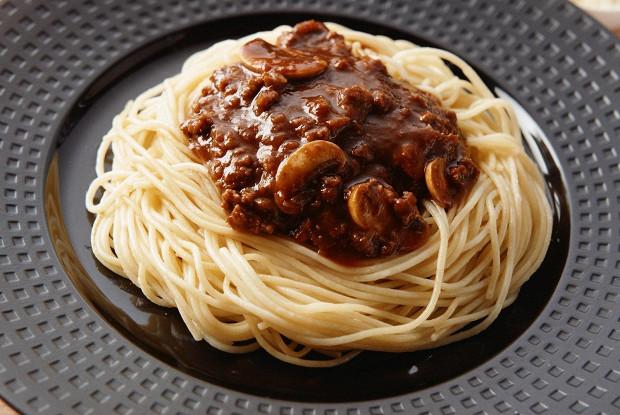 Бефстроганов из куриной грудки под сливочным соусом, с грибами и спагетти