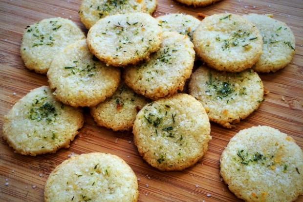 Пармезановое печенье с розмарином и солью