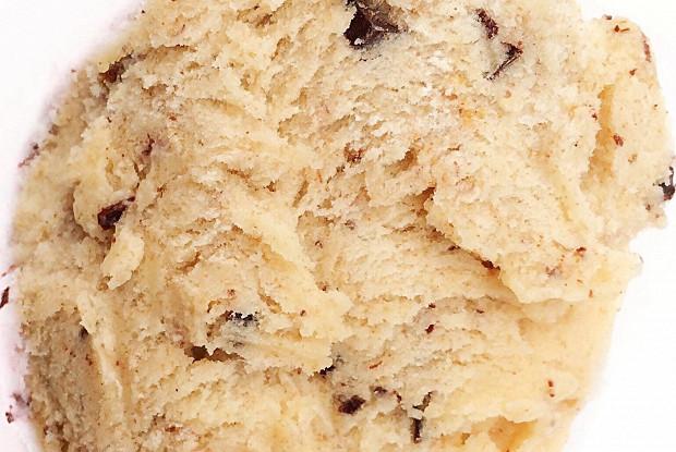 Мороженое с карамелизованным бананом, шоколадной крошкой и кусочками бананового кекса