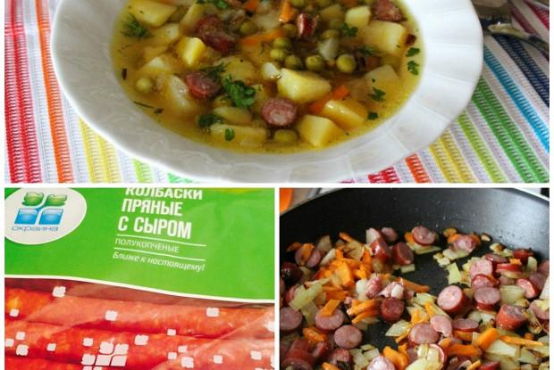 Картофельный суп с зеленым горошком и пряными колбасками