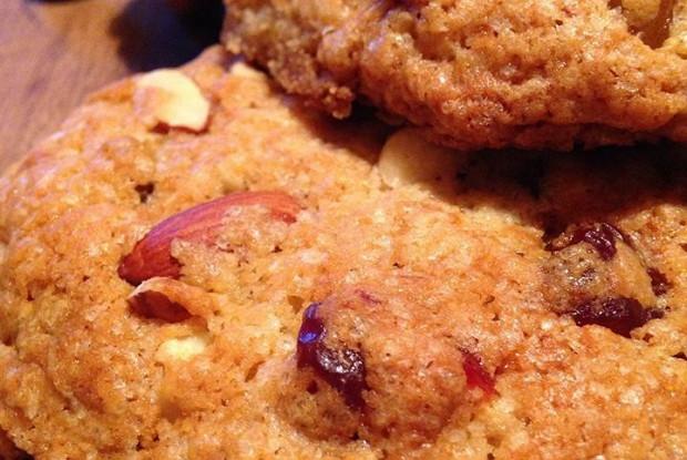 Миндальное печенье с сушеной вишней