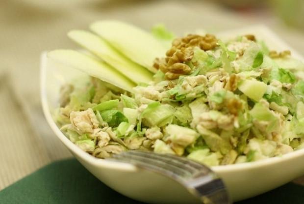 Легкий салат с куриной грудкой и сельдереем