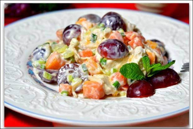 Куриный салат с фруктами, орехами и изюмом