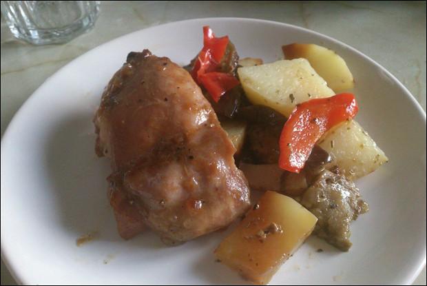 Запеченная курица с овощами в сладко-кислом соусе