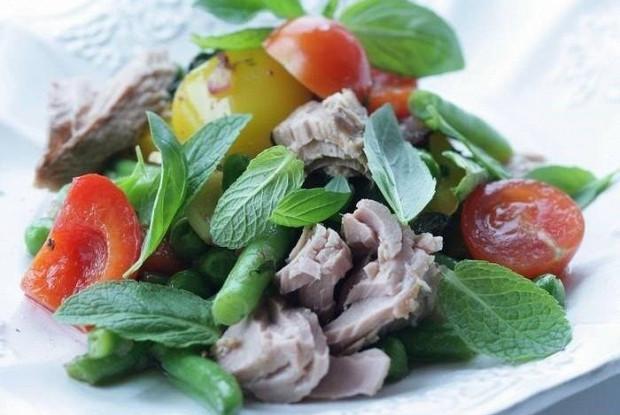 Салат с тунцом, сладким перцем и стручковой фасолью