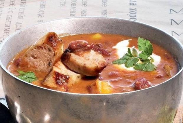 Фасолевый суп с колбасками-гриль