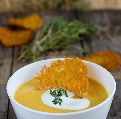 Тыквенный суп-пюре с чипсами из пармезана