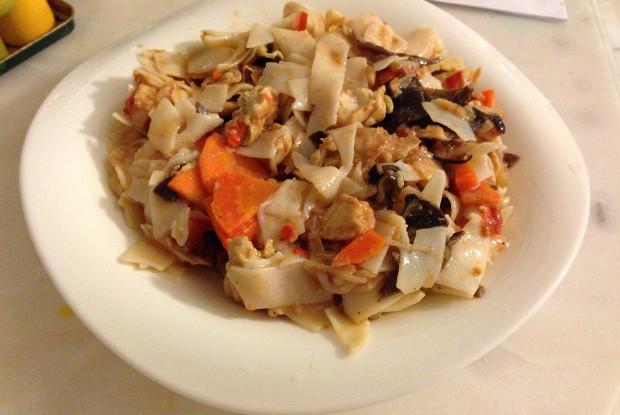 Рисовая лапша с курицей и древесными грибами