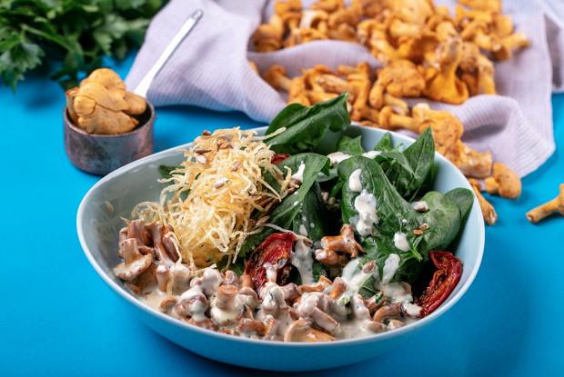 Теплый салат с руколой и лисичками