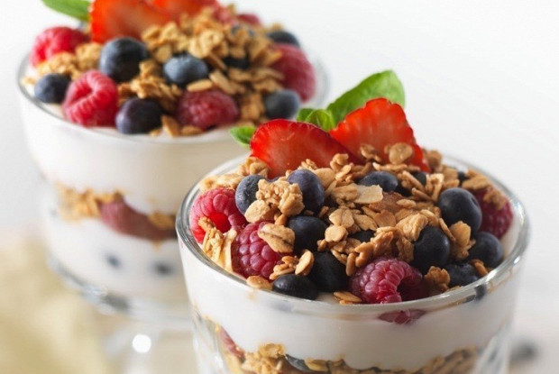 Натуральный йогурт с гранолой и свежими ягодами