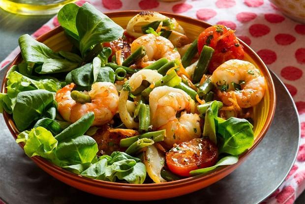 Теплый салат с морепродуктами и фасолью
