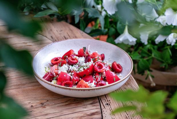 Салат с томатами, творогом и черешней