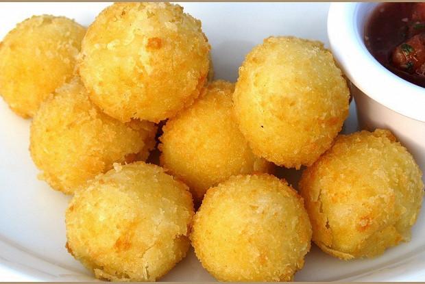 Картофельные шарики с двумя видами сыра
