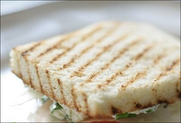 Бутерброды с соленым лососем и сыром Филадельфия