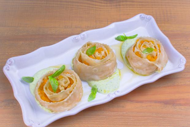 Постные манты с тыквой и соусом